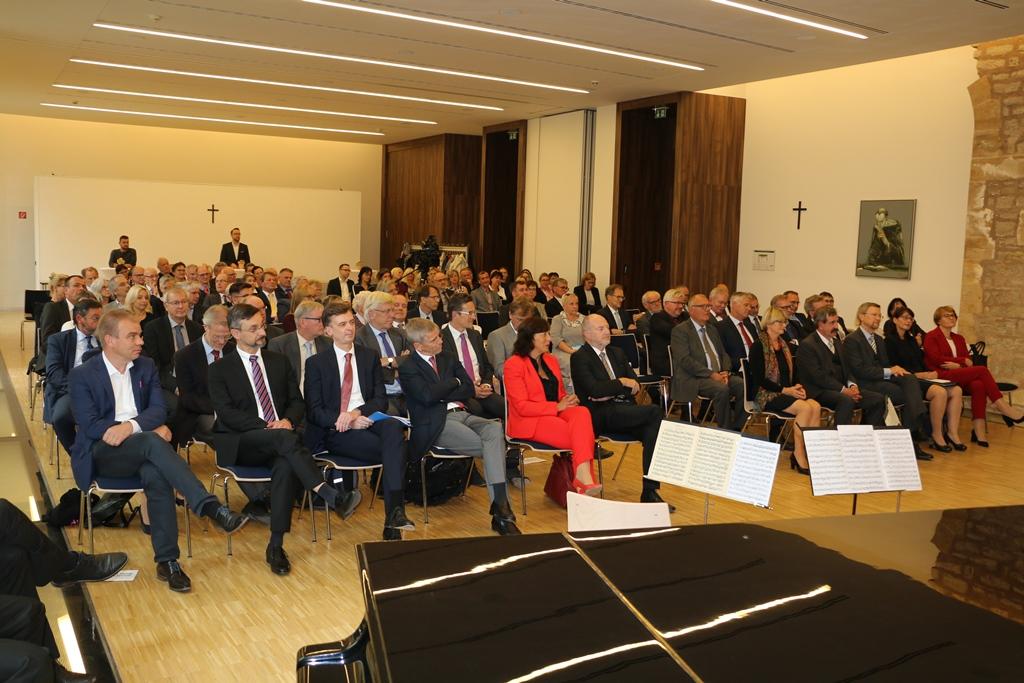 Saal mit sitzenden geladenen Gästen zru feierlichen Amtsseinführung der Präsidentin des LAG