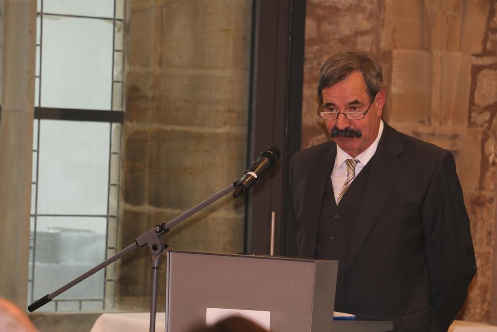 Herr Kotzian-Markgraf am Rednerpult mit Mikrofon