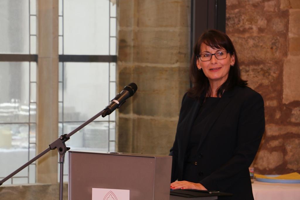 Frau Engel sprechend am Rednerpult mit Mikrofon