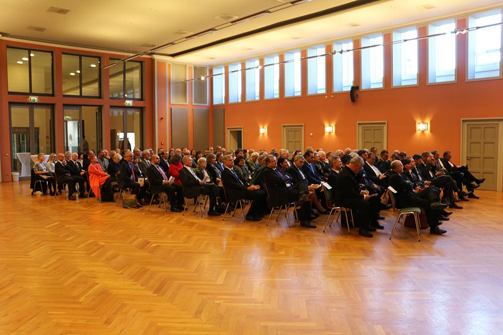 Saal mit sitzenden geladenen Gästen zur Amtseinführung des Präsidenten des Finanzgerichts