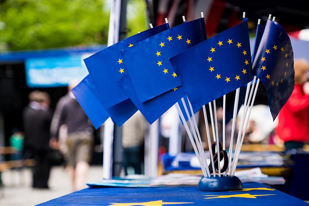 Europaflaggen auf einem Tisch