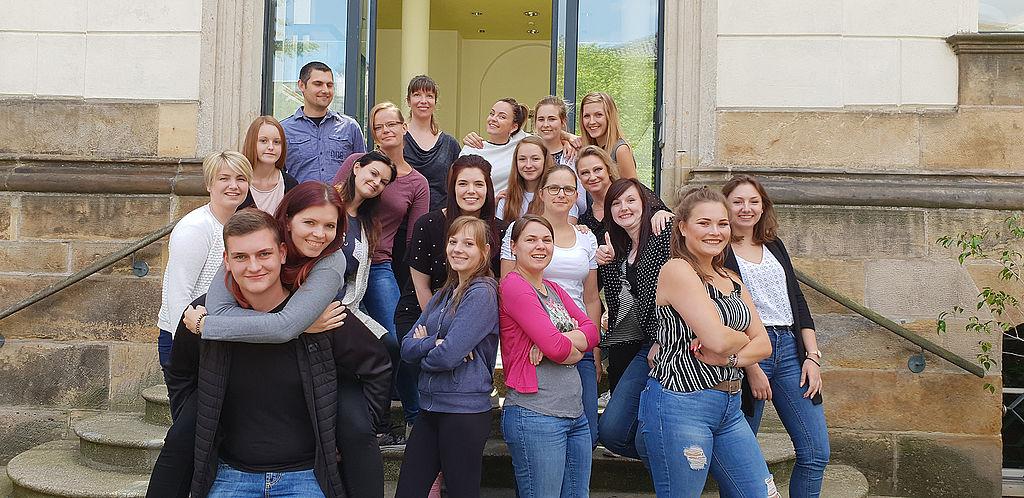 Gruppe von Auszubildenden in der Justiz vor der Ausbildungsstätte in Gotha, Foto: Thüringer Oberlandesgericht