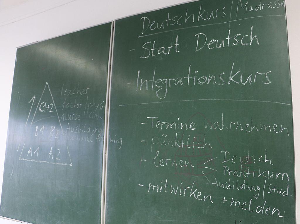 doppelseitige Tafel mit Kreideaufschriften für Deutsch-Anfänger