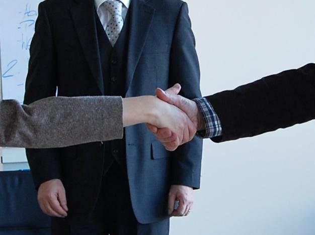 Handschlag von zwei Parteien nach der Einigung