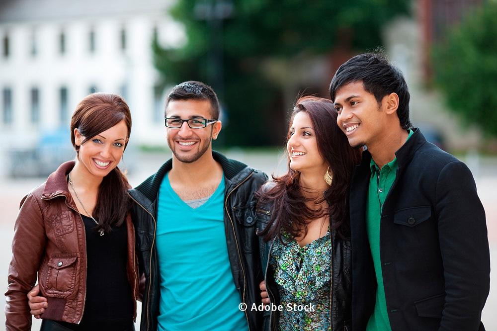zwei junge Frauen und Männer von verschiedener Nationalität stehen zusammen (Foto: Fotolia)