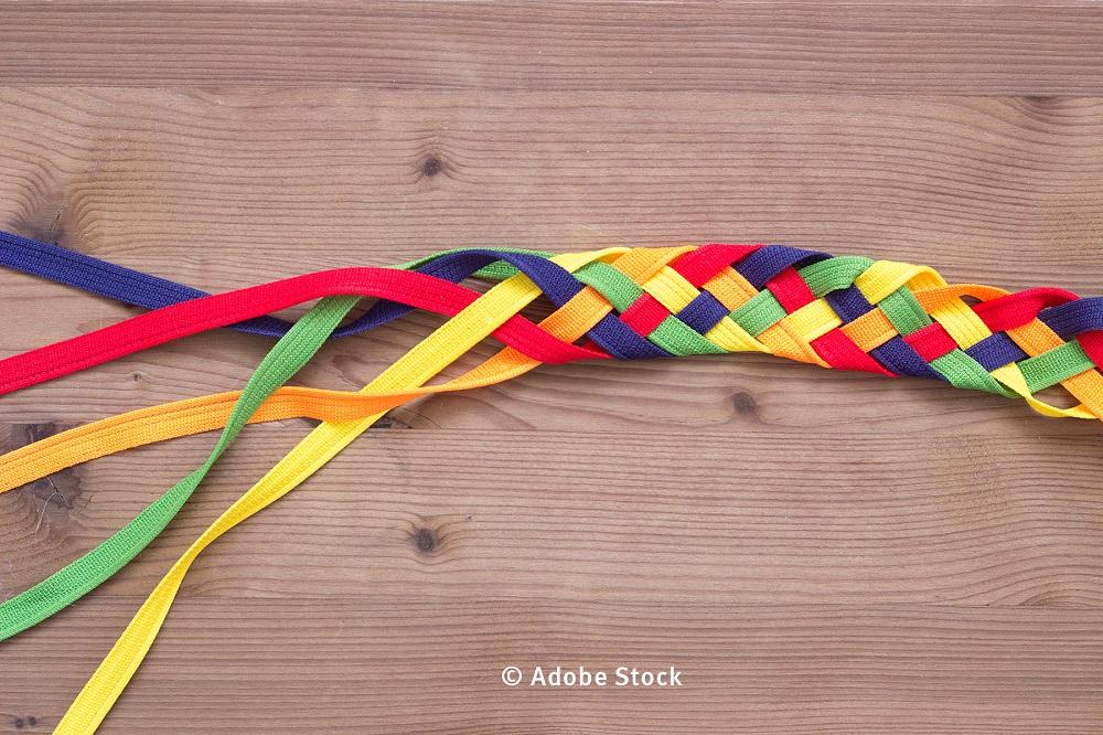 geflochtenes Band aus verschiedenfarbenen Bändern