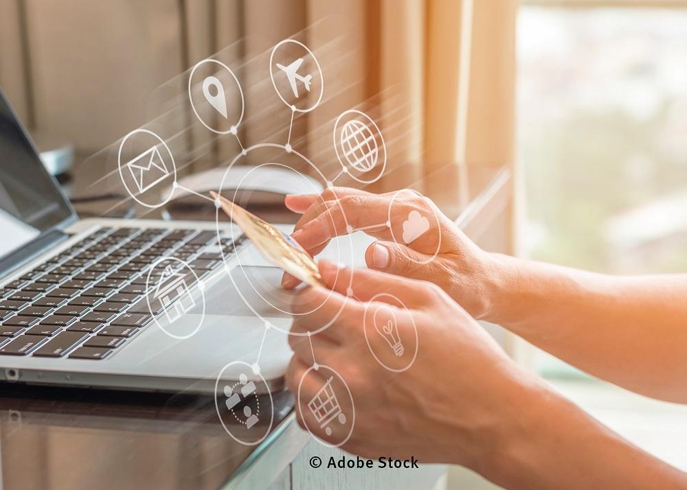 Computer mit Händen an der Tastatur und davor ein Kreis mit verschiedenen Symbolen zum Verbraucherschutz