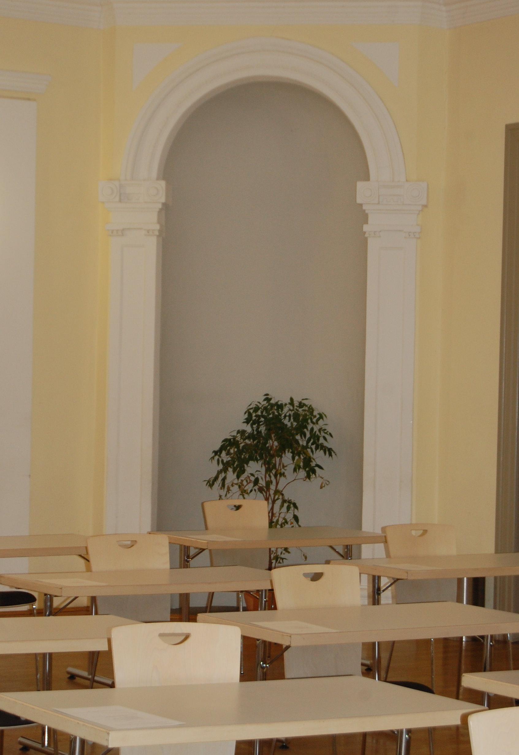 Ansicht eines Prüfungsraumes mit Tischen und Stühlen