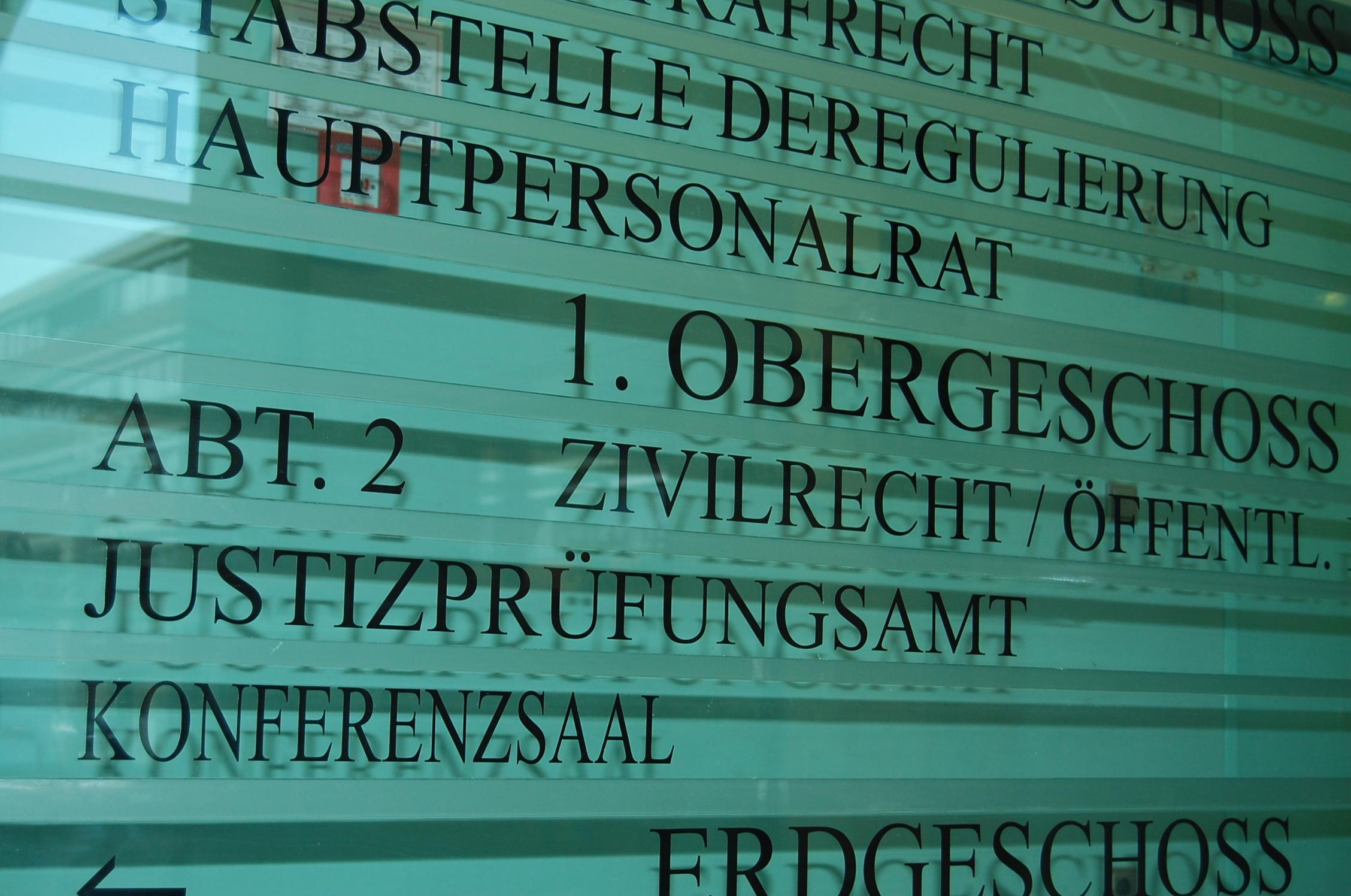 Nahaufnahme eines Wegweiserschildes im Thüringer Ministerium für Migration, Justiz und Verbraucherschutz