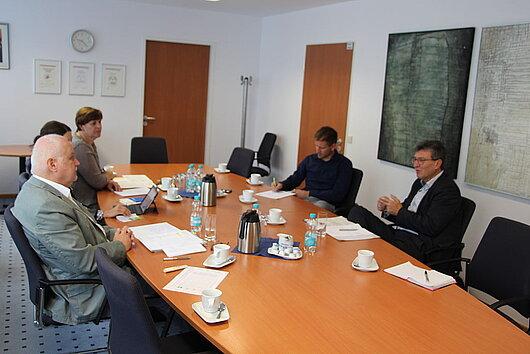 Minister Lauinger mit Vertretern der Arbeitsagentur Suhl angeregt im Gespräch