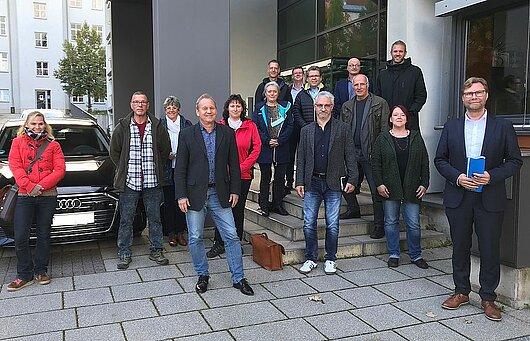 Justizminister Dirk Adams zusammen mit den Mitgliedern der Landesarbeitsgemeinschaft Straffälligenhilfe vor dem Ministerium.