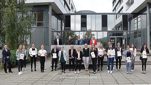 Gruppenfoto mit den neuen Auszubildenden 2020 in der Justiz vor dem Thüringer Oberlandesgericht - Foto: Thüringer Oberlandesgericht