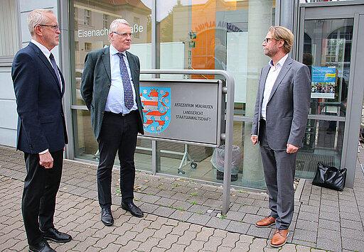 Justizminister Dirk Adams im Gespräch mit den Behördenleitern des Landgerichts Mühlhausen und der Staatsanwaltschaft Mühlhausen vor dem Justizzentrum.