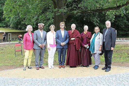 """Minister Dirk Adams hat gemeinsam mit den Vertretern der verschiedenen Religionen den """"Garten der Religionen"""" im Schlosspark Reinhardsbrunn eröffnet."""
