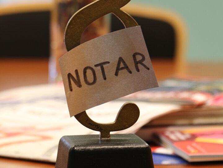 """Paragraphenzeichen mit der Aufschrift """"Notar"""""""