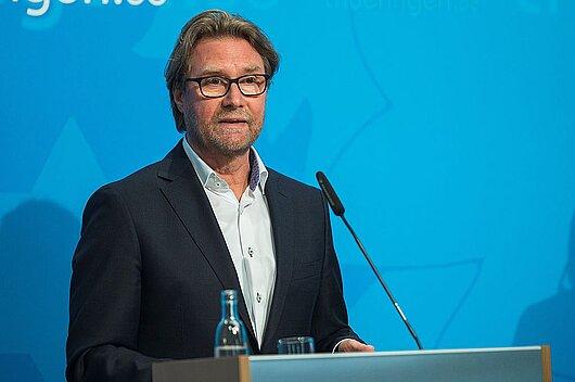 Justizminister Dirk Adams in der Regierungsmedienkonferenz