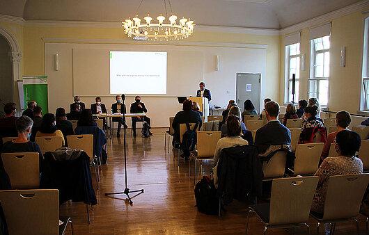 Minister Dirk Adams hält ein Grußwort beim Jugendgerichtstag in Jena.