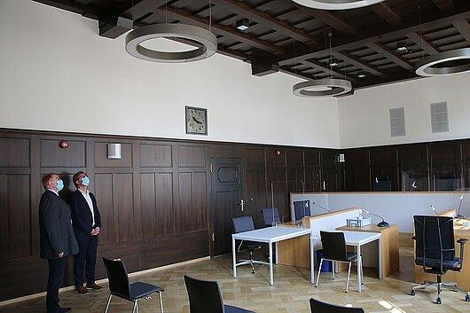 Justizminister Dirk Adams und der Direktor des Amtsgerichts Rudolstadt Volker Kurze besichtigen den Sitzungssaal.