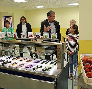 Minister Lauinger am Salatbuffet im Gespräch mit Schülern während des Besuches der Jakobschule in Eisenach.