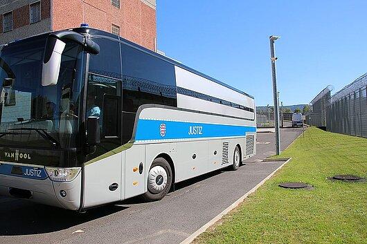 Der Bus für den Gefangenentransport im Hof der JVA Suhl-Goldlauter.