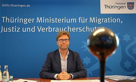 Minister Dirk Adams bei der Videokonferenz.