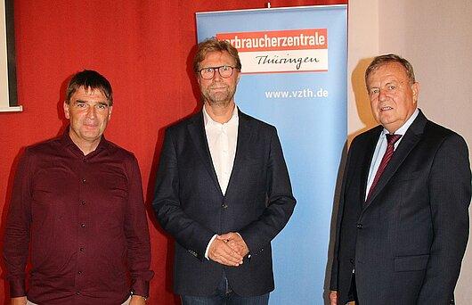 Verbraucherschutzminister Dirk Adams (Mitte) bei der Mitgliederversammlung der Verbraucherzentrale Thüringen.