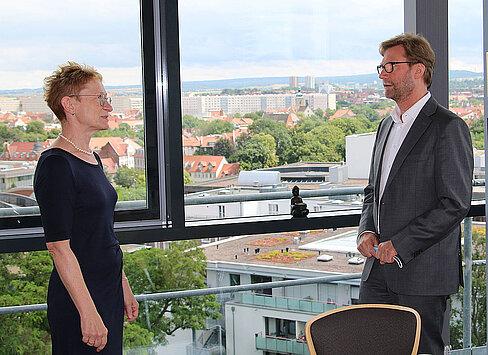 Die Leitende Oberstaatsanwältin der Staatsanwaltschaft Erfurt, Bettina Keil-Rüther im Gespräch mit Justizminister Dirk Adams.