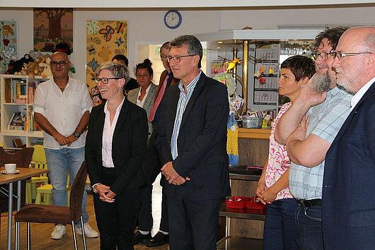 Minister Lauinger mit weiteren Personen während des Besuchs eines Integrationsprojektes in Eisenach