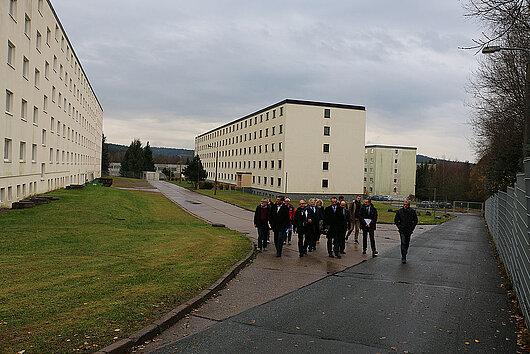Minister Dieter Lauinger beim Rundgang durch das Gelände der Erstaufnahmeeinrichtung in Suhl