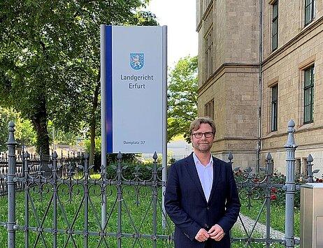 Justizminister Dirk Adams vor dem Landgericht Erfurt