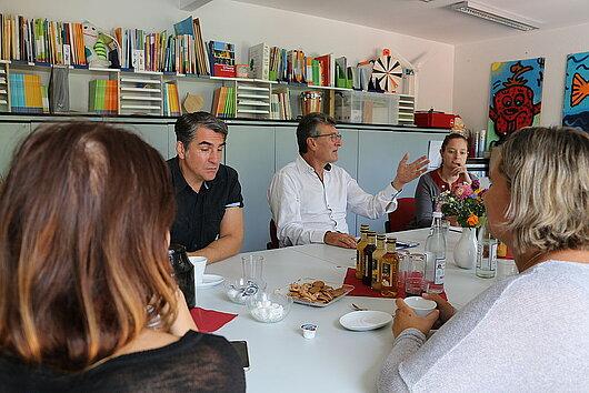 Minister am Tisch im Gespräch mit Vertretern der Sabel-Gemeinschaftsschule