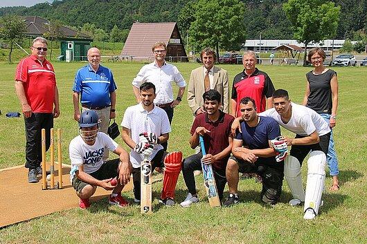 Migrationsminister Dirk Adams besucht die Cricket-Abteilung des SV Niederkrossen und informiert sich über die Integrationsarbeit des Vereins.