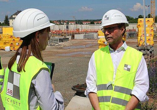 Katja Meier (Justizministerin von Sachsen) und Dirk Adams (Justizminister von Thüringen) im Gespräch beim gemeinsamen Rundgang über die Baustelle der neuen Justizvollzugsanstalt Zwickau.