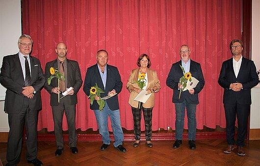 Justizminister Dirk Adams (rechts) und der Präsident des Landgerichts Mühlhausen, Henning Horstmeier (links) und die ausgezeichneten Ehrenamtlichen.