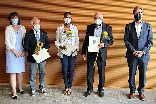 Justizminister Dirk Adams und die Vizepräsidentin des Landgerichts Erfurt, Frau Lossin-Weimer mit den geehrten ehrenamtlich Tätigen in der Justiz