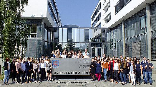 Auszubildende des Ausbildungsjahrgangs 2019 vor dem Haupteingang des Justizzentrums Jena