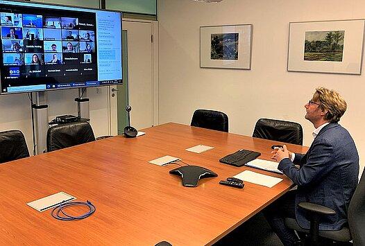 Verbraucherschutzminister Dirk Adams beim digitalen Fachtag zum Teilsubventionierungsprojekt der Mittagsmahlzeiten in Thüringer Schulen.